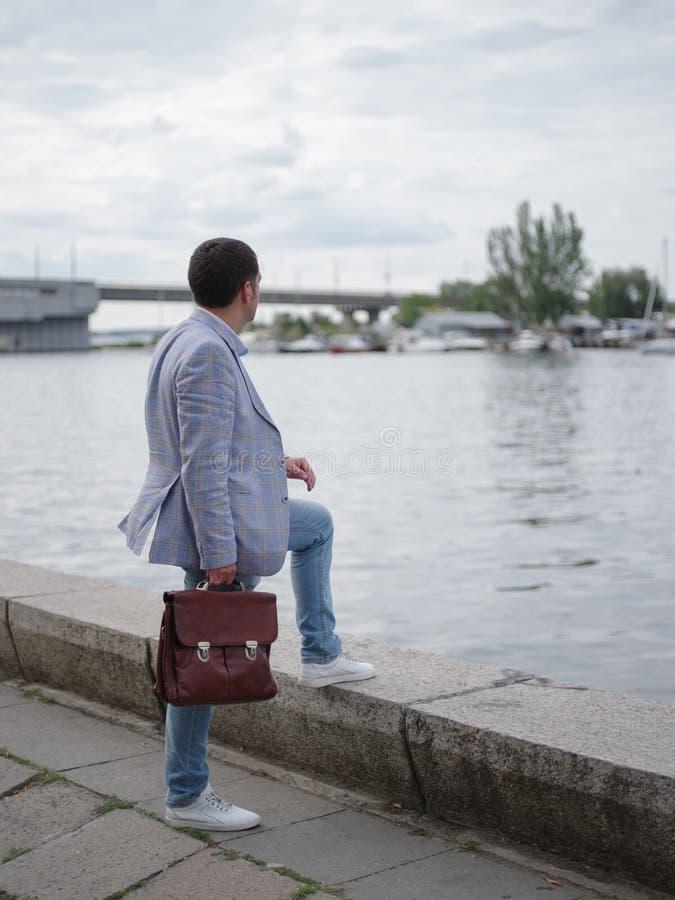 Affärsman som ser in i avståndet Företags man på en suddig flodbakgrund Karriärtillväxtbegrepp kopiera avstånd royaltyfria bilder