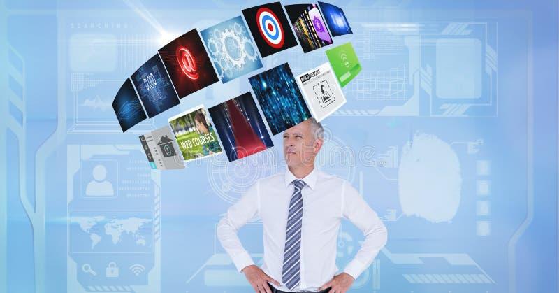 Affärsman som ser olika skärmar som uppe i luften roterar royaltyfri fotografi