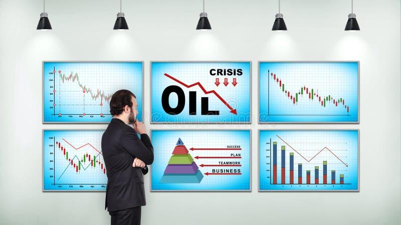 Affärsman som ser på diagrammet av fallande oljepriser arkivbilder