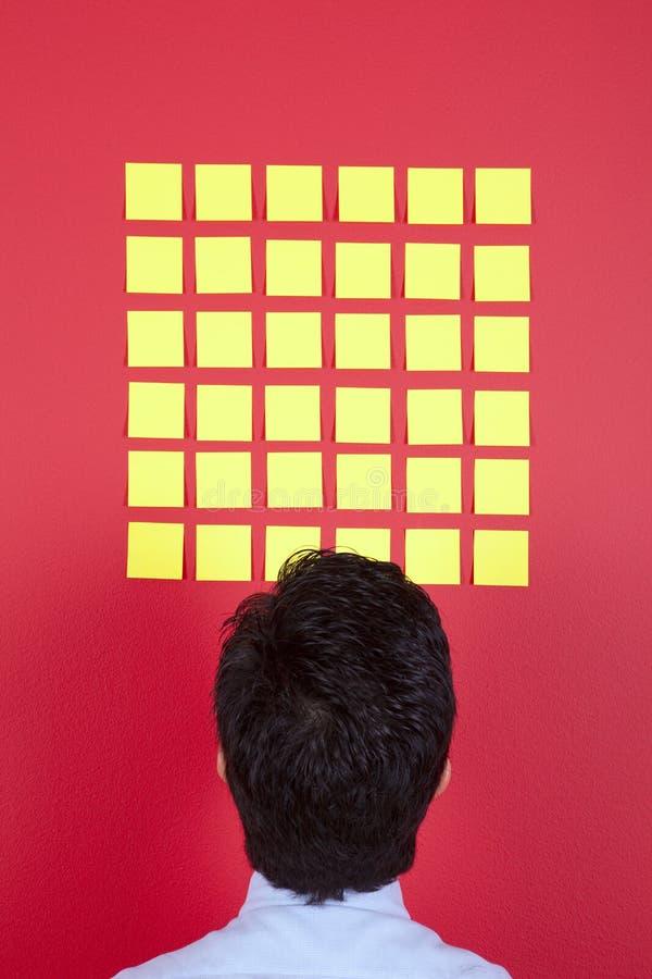 affärsman som ser papperen för att yellow royaltyfria bilder
