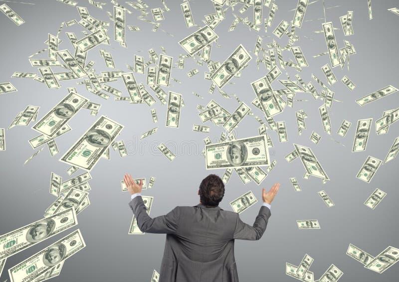 Affärsman som ser pengarregn mot grå bakgrund arkivfoton