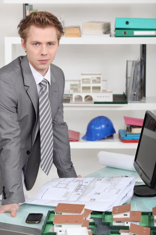 Affärsman som ser teckningen royaltyfri fotografi