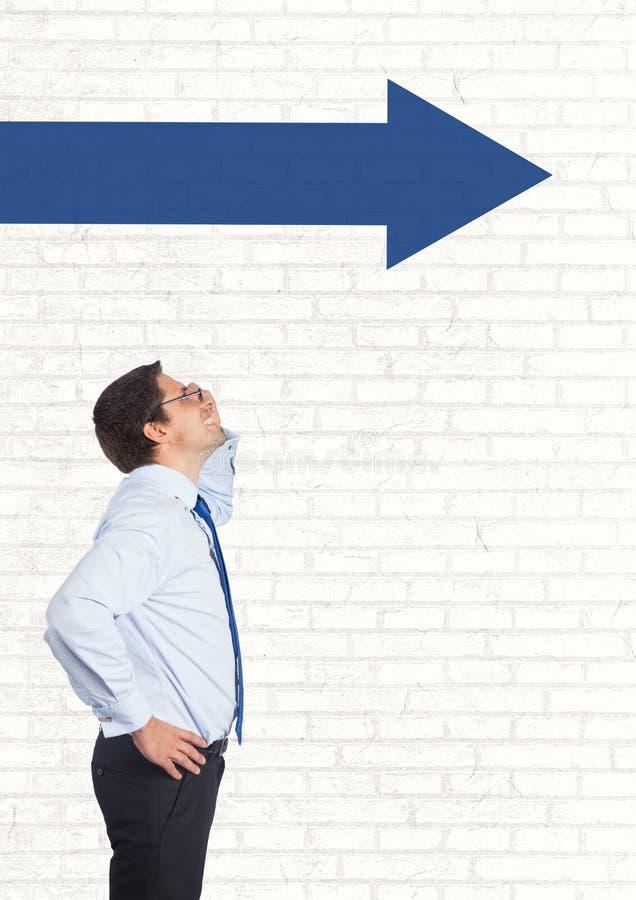Affärsman som ser upp mot den vita väggen med den blåa pilen stock illustrationer