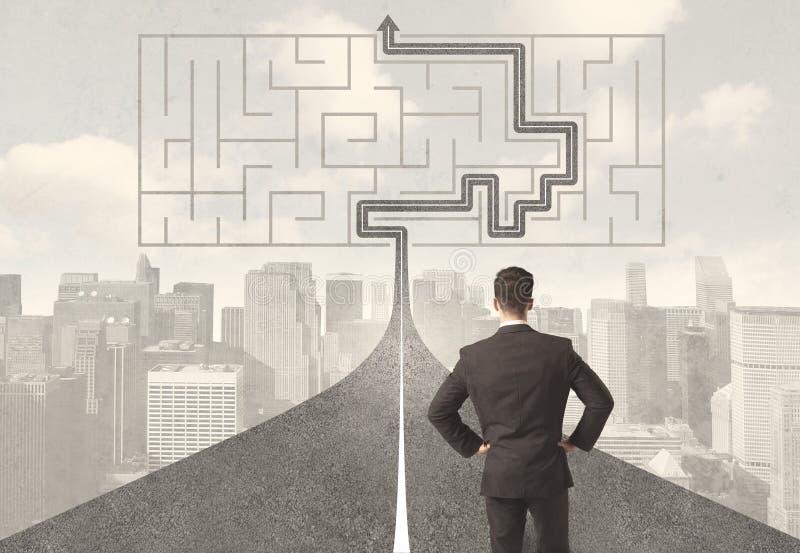 Affärsman som ser vägen med labyrint och lösningen royaltyfri fotografi