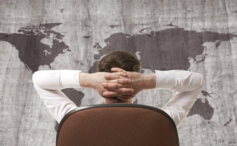 Affärsman som ser världskartan arkivbilder