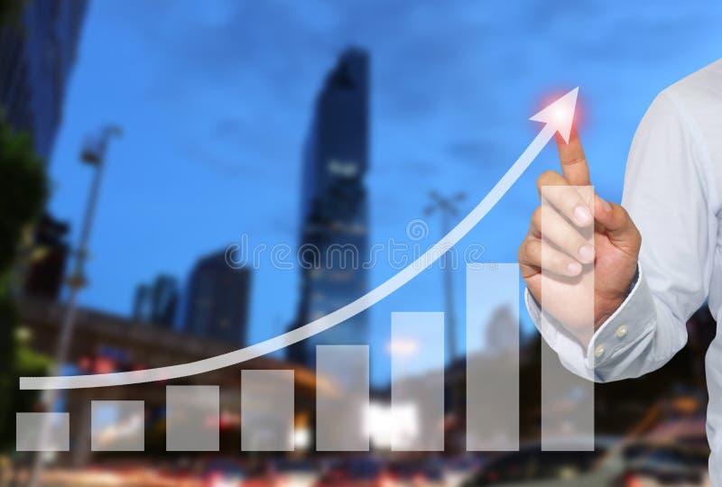 Affärsman som ska tryckas på i maximum av affärsgrafen på skyskrapabac arkivfoton
