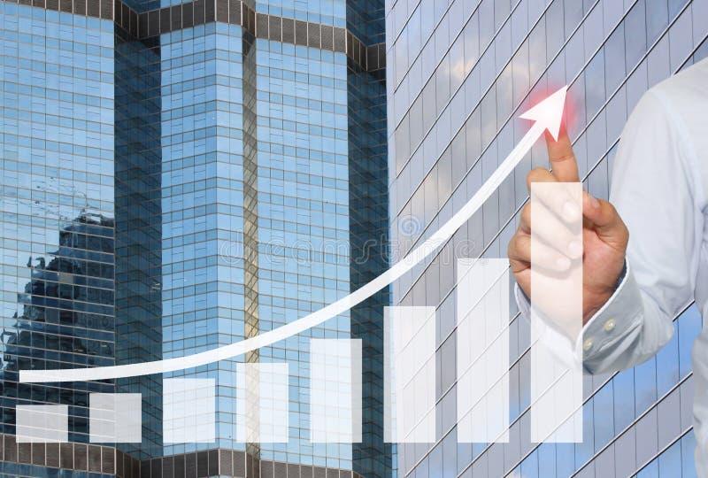 Affärsman som ska tryckas på i maximum av affärsgrafen på skyskrapabac fotografering för bildbyråer