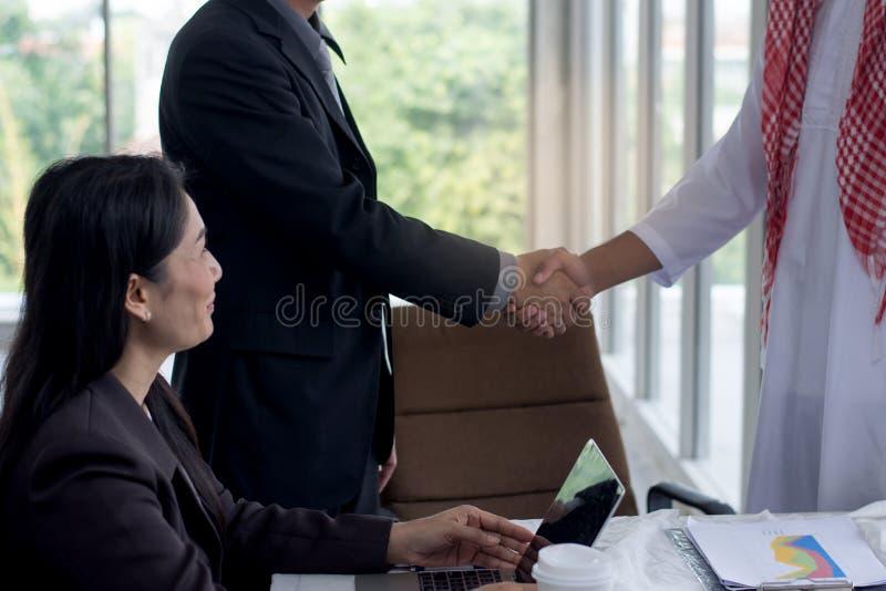 Affärsman som skakar händer över en avtalsförhandling till framgång med laget på arbetsplatsen arkivbilder
