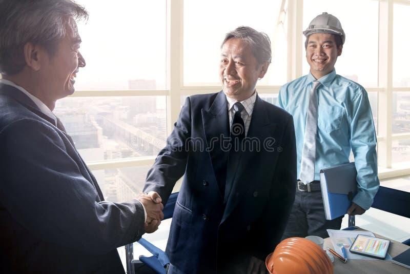 Affärsman som skakar handen efter lyckat projektlösningsplan arkivfoto
