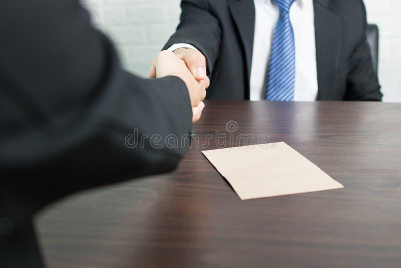 Affärsman som skakar handen och reciving pengar, korruptionbegrepp royaltyfri bild