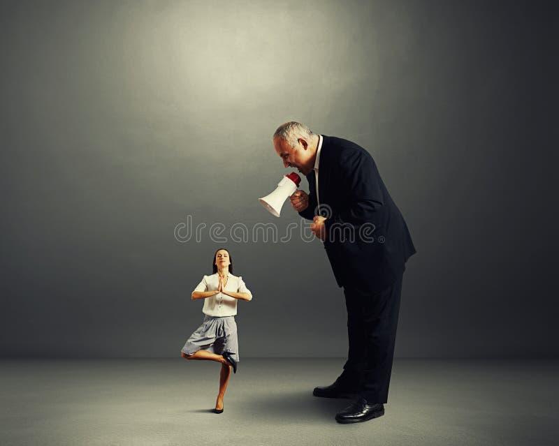 Affärsman som skriker på affärskvinnan fotografering för bildbyråer