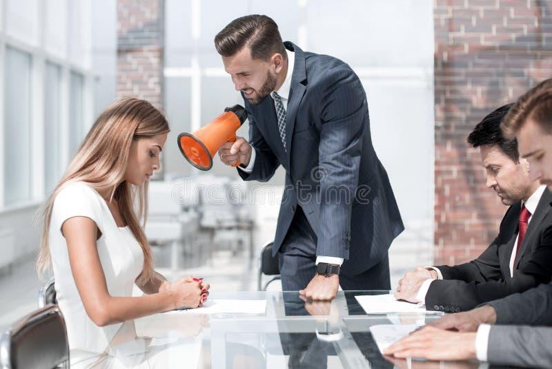 Affärsman som skriker på kvinnlig anställd till och med en megafon fotografering för bildbyråer