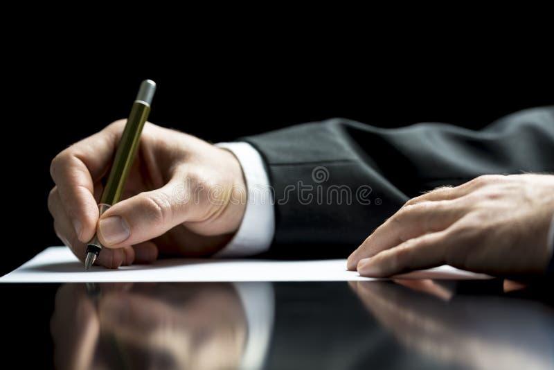 Affärsman som skriver ett brev eller en underteckning arkivbilder