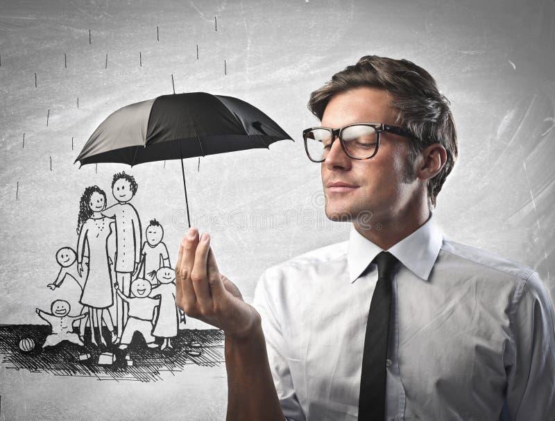 Affärsman som skyddar en familj från regnet royaltyfri illustrationer