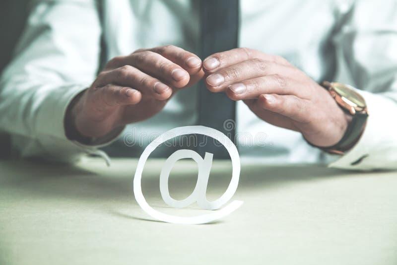 Affärsman som skyddar pappers- emailsymbol royaltyfria bilder