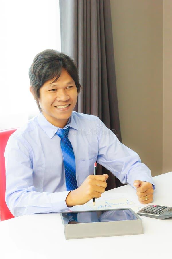 affärsman som smilling royaltyfri foto