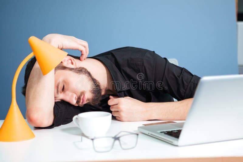 Affärsman som sover på tabellen royaltyfria foton