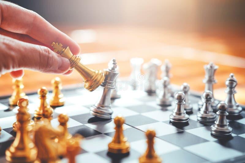 Affärsman som spelar schackplan av lyckade bu för ledande strategi royaltyfria bilder