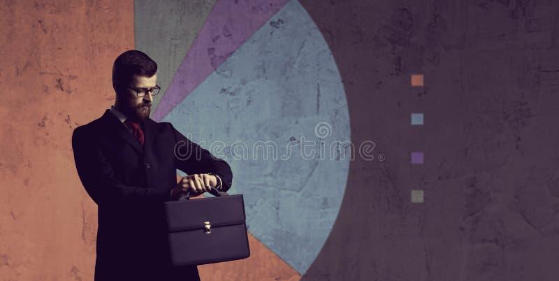 Affärsman som står över diagrambakgrund Affär kontor, royaltyfri bild