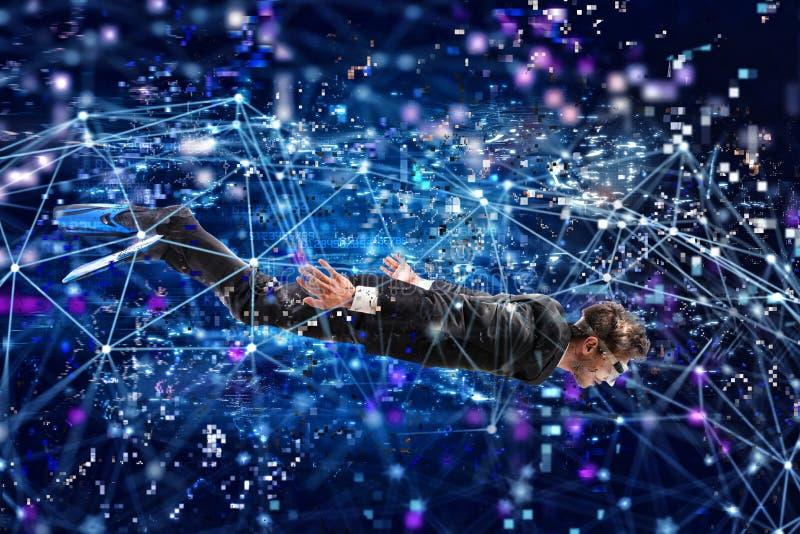 Affärsman som surfar internet som är undervattens- med maskeringen Internetutforskningbegrepp arkivfoto