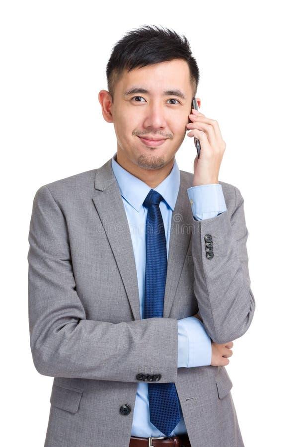 Affärsman som svarar den smarta telefonen royaltyfri foto