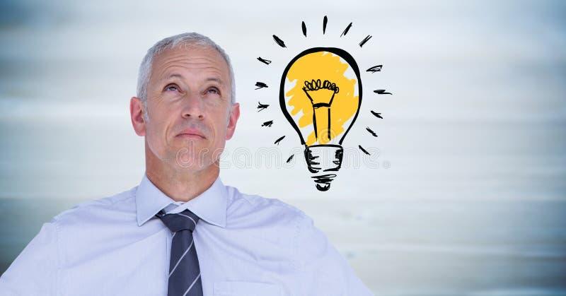 Affärsman som tänker med lightbulbklotter mot oskarp blå wood panel arkivbild