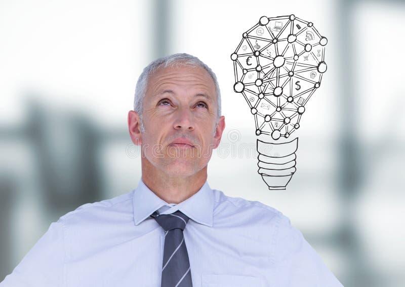 Affärsman som tänker med lightbulbklotter mot oskarpt grått kontor royaltyfria bilder