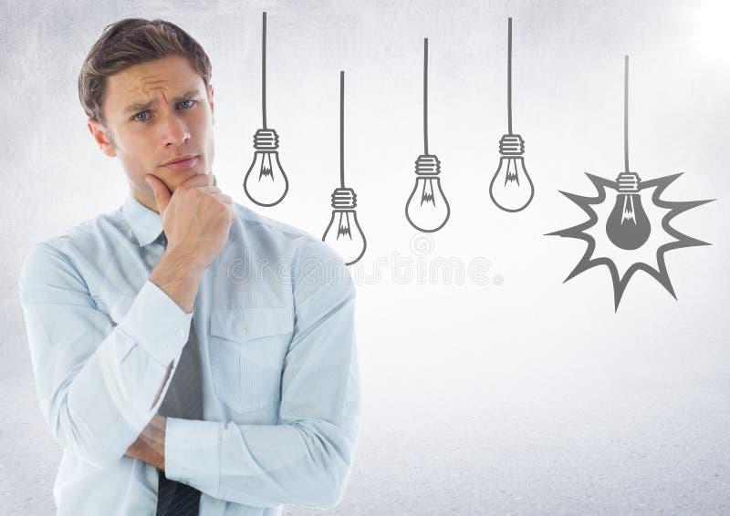 Affärsman som tänker mot lightbulbdiagram och vit bakgrund med signalljuset arkivfoto