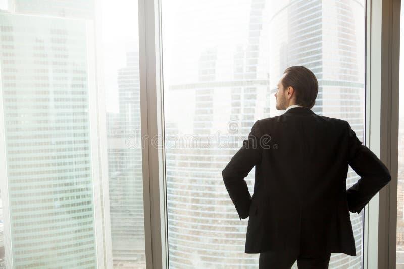 Affärsman som tänker om det framtida near fönstret royaltyfria foton