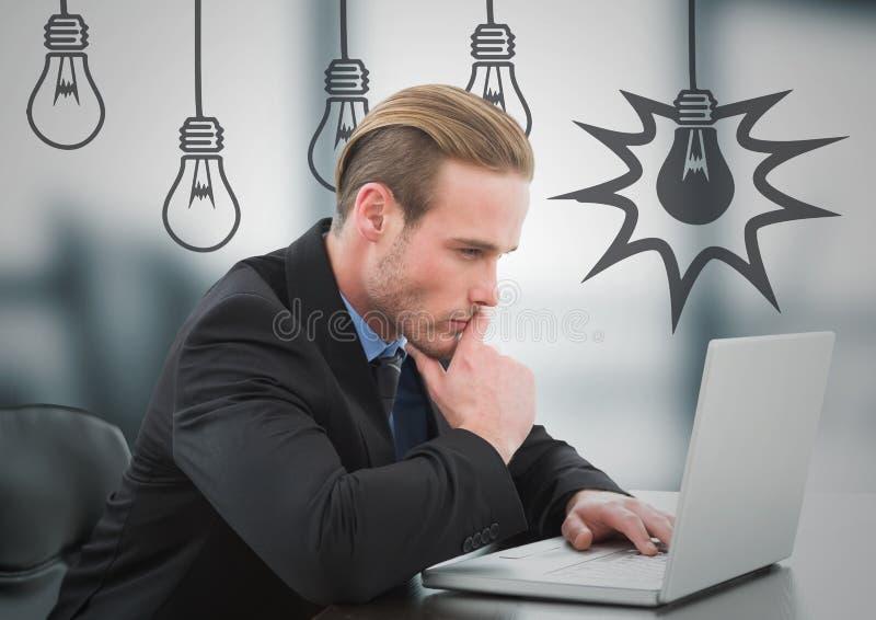 Affärsman som tänker på bärbara datorn mot oskarpt grått kontor med gråa lightbulbdiagram royaltyfria foton