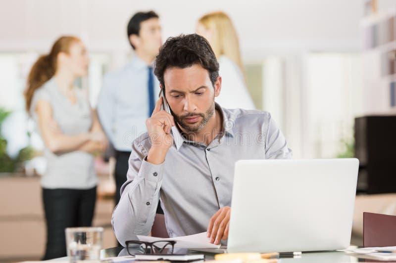 Affärsman som talar över telefonen arkivbild