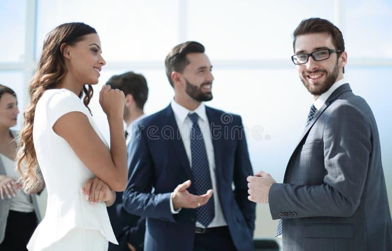 Affärsman som talar med kollegor i kontoret royaltyfria bilder