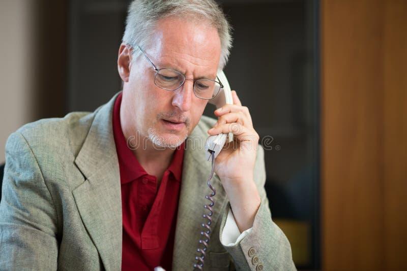 Affärsman som talar på telefonen royaltyfria bilder