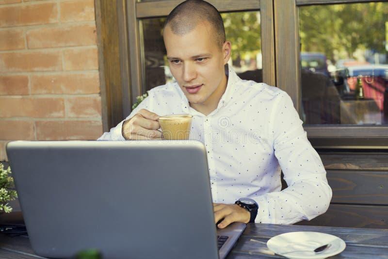 Affärsman som tar avbrottet i kafé royaltyfri bild