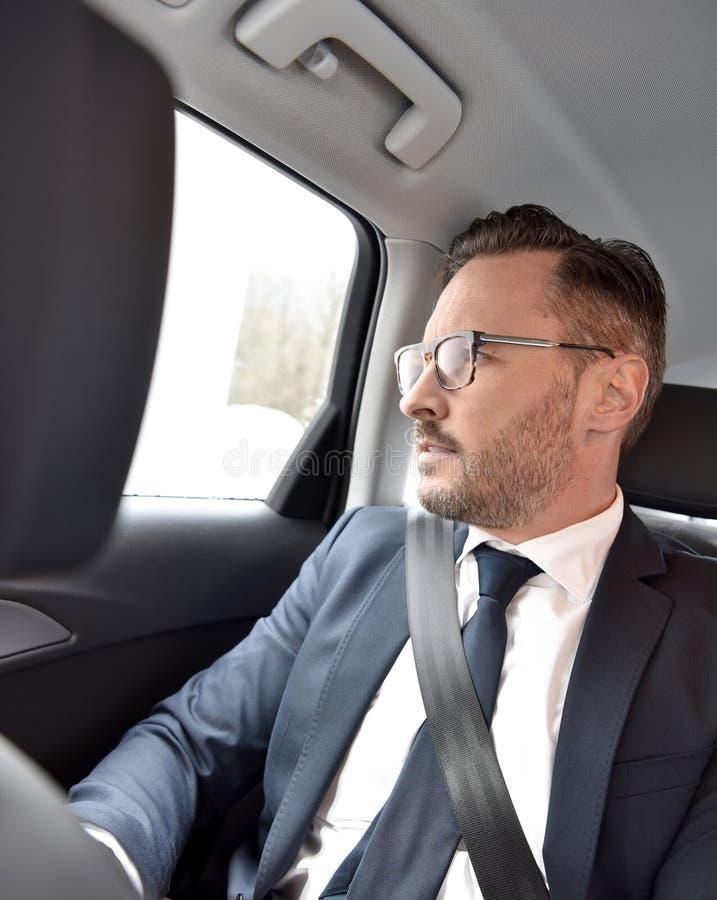 Affärsman som tar en taxi arkivfoto