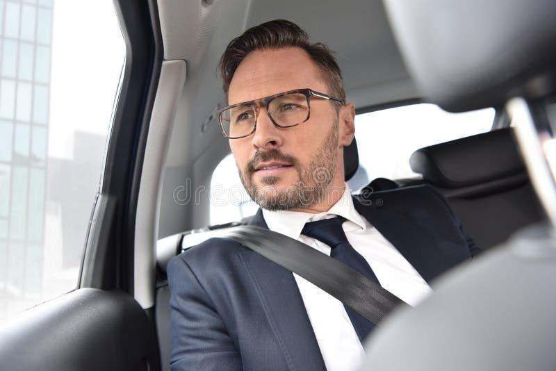 Affärsman som tar ett taxidrev royaltyfri foto