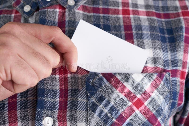 Affärsman som tar ut det tomma affärskortet från facket av hans skjorta royaltyfri foto