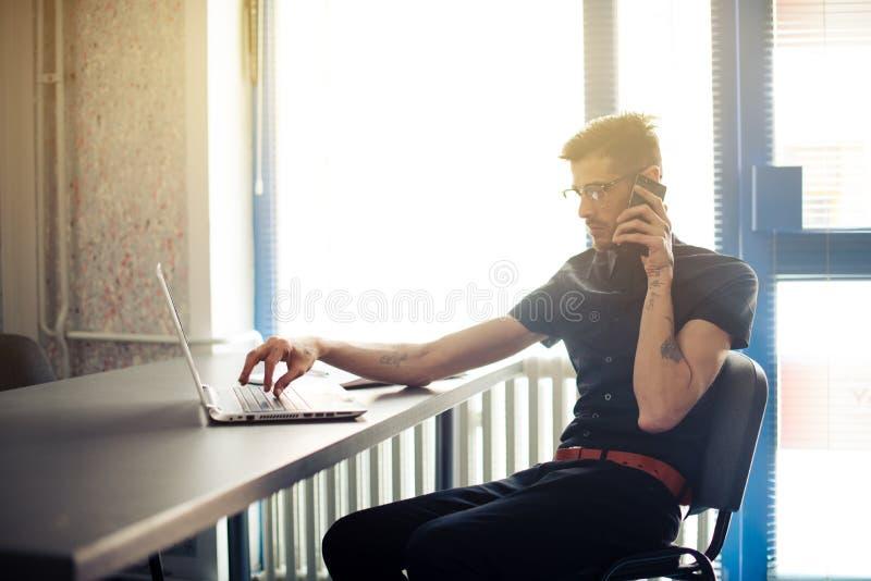 Affärsman som tidigt på morgonen arbetar i kontoret arkivfoton