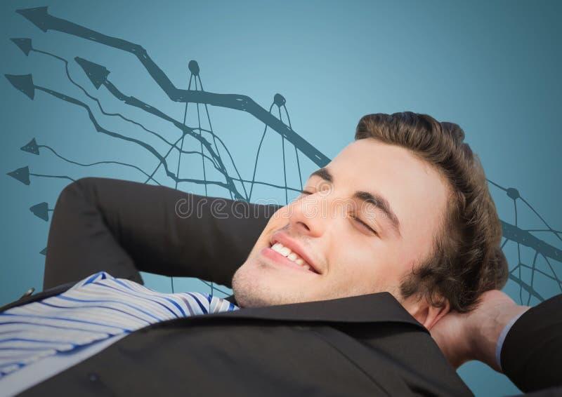 Affärsman som tillbaka ligger mot grafklotter och blåttbakgrund arkivbild