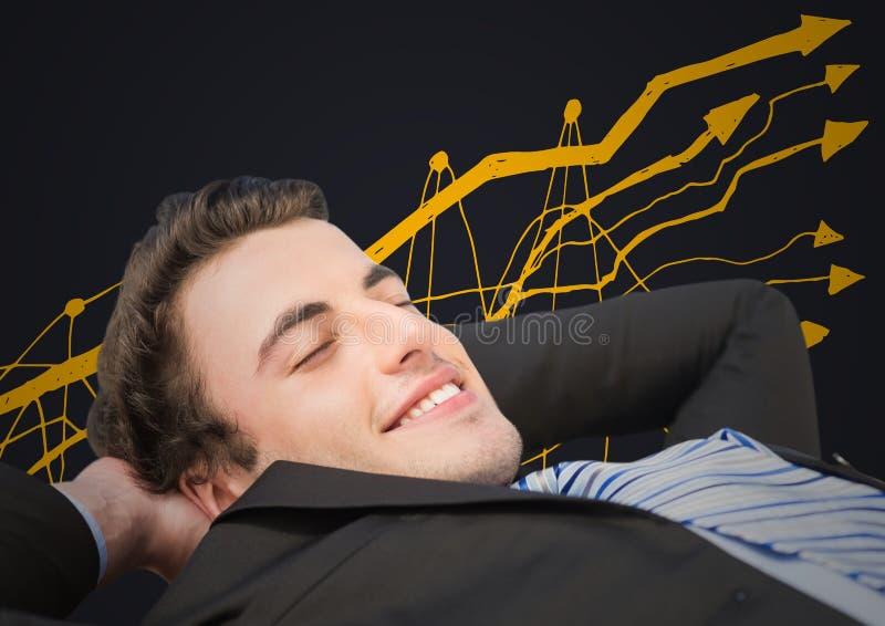 Affärsman som tillbaka ligger mot gult grafklotter och grå färgbakgrund arkivfoton
