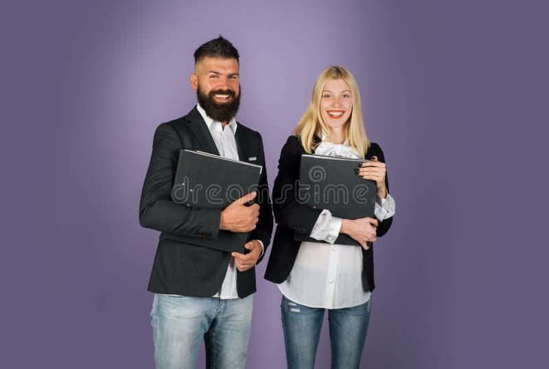 affärsman som tillsammans arbetar Stående av att samarbeta för affärsman och för affärskvinna royaltyfri fotografi