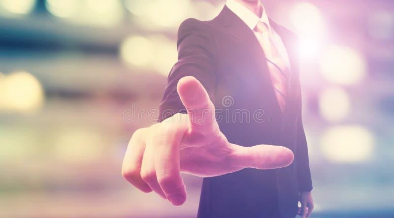 Affärsman som trycker på en pekskärm arkivfoto