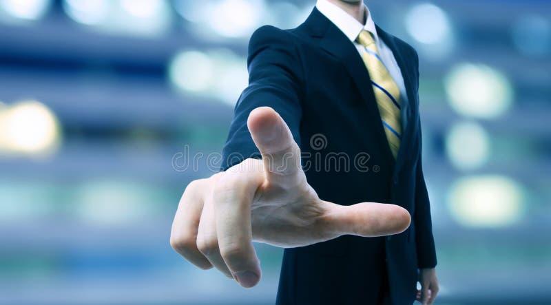 Affärsman som trycker på en pekskärm fotografering för bildbyråer