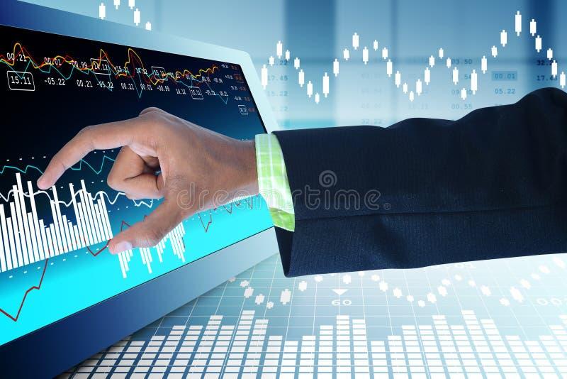 Affärsman som trycker på materieldiagrammet arkivfoton