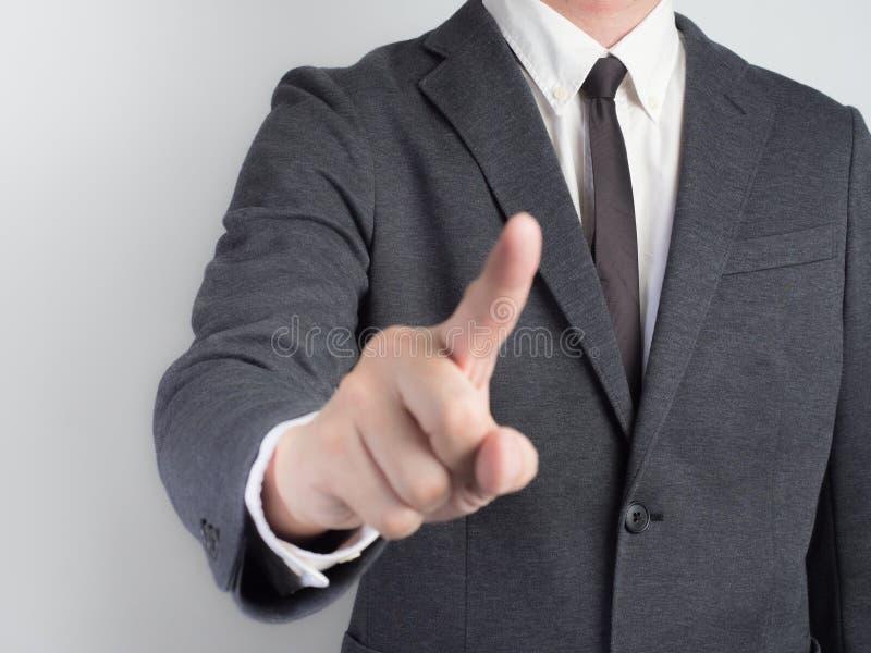 Affärsman som trycker på något Porepare för idéaffär på svart bakgrund royaltyfri bild