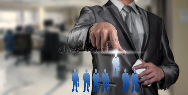 Affärsman som trycker på på den digitala faktiska skärmen, personalresurs fotografering för bildbyråer