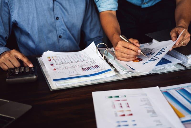 Affärsman som två planerar strategi på skrivbordet med skrivbordsarbete, strateglag, analyserar data eller information royaltyfria foton