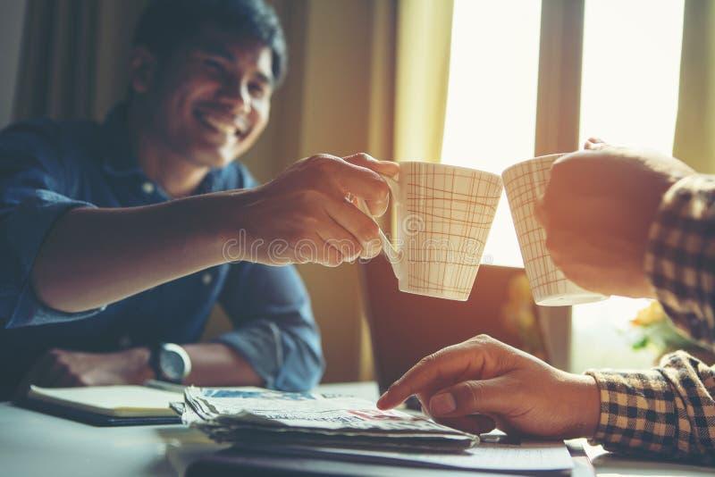 Affärsman som två talar och dricker i mötesrummet på offien fotografering för bildbyråer