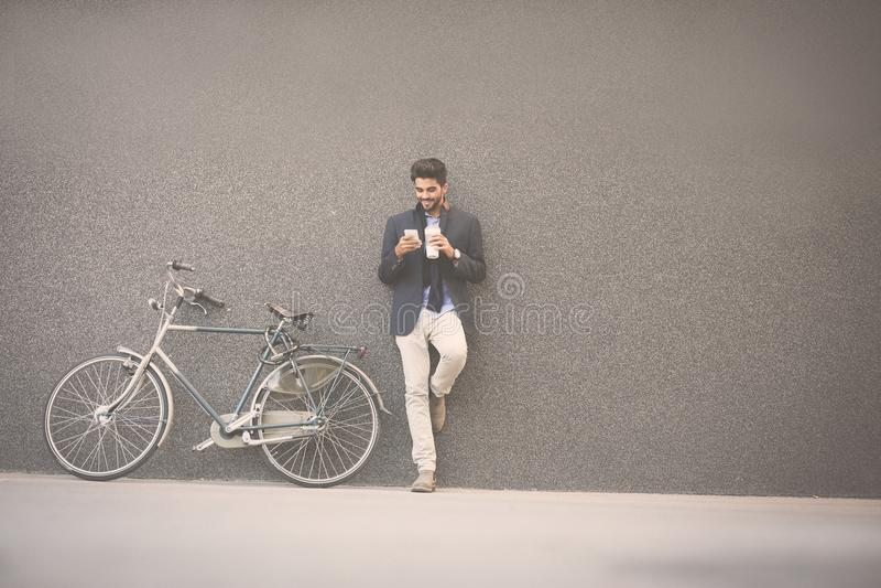 Affärsman som tycker om i kaffe efter arbete arkivfoton