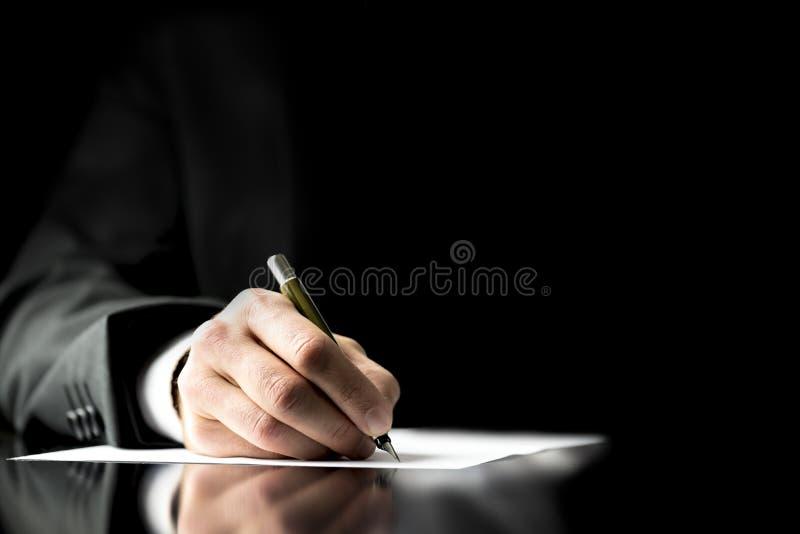Affärsman som undertecknar ett dokument royaltyfria bilder